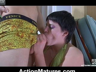 Crummy mommy hungrily sucks on a guy